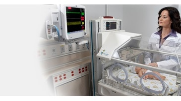 Clinicians using the CARESCAPE Monitor B650 to monitor in the NICU